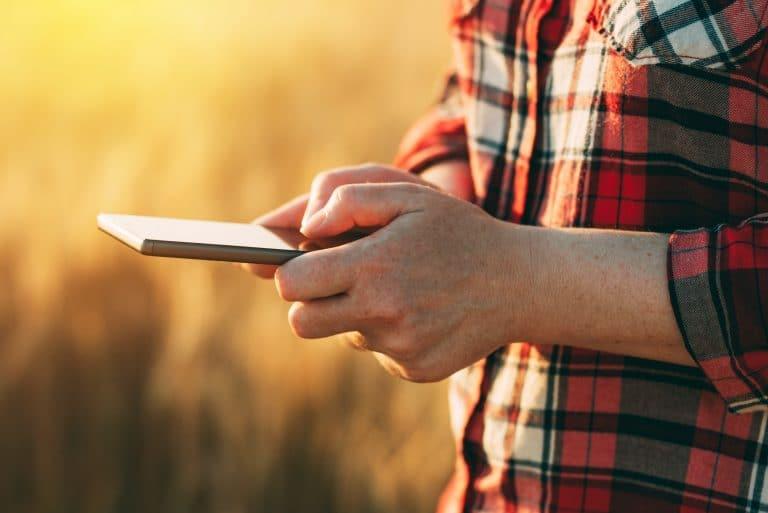 Un agricultor control desde su tableta los datos referentes a los cultivos para aumentar su productividad en el campo.
